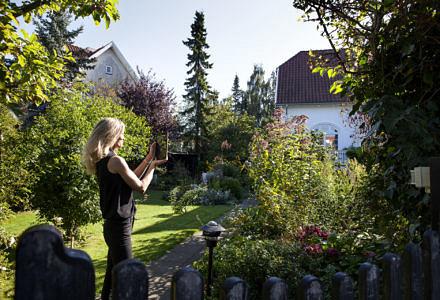 Køberrådgiver hos Købersmægler.dk, Line Friis-Olsen, bruger bl.a. FaceTime og Skype, når hun skal vise boliger frem for udlandsdanskere, der sidder på den anden side af jordkloden. (Foto: Købsmægler)