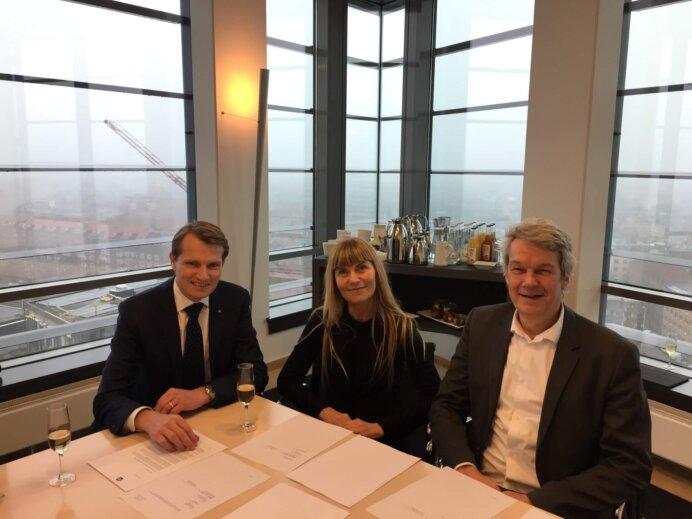 Martin Gaarn Thomsen, COO, ISS sammen med partnerne Gitte Andersen og Per Feldthaus ved underskrivelse af aftalen om salget af Signal Arkitekter.