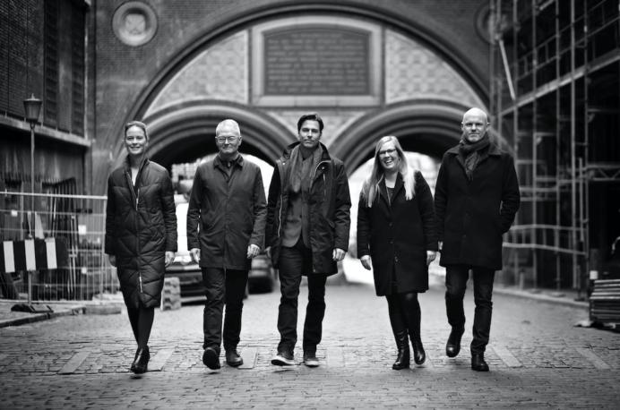 Fra venstre: Mette Julie Skibsholt, Søren Haugsted, Thomas Birkkjær, Mette Baarup og Håkan Sandhagen. Fotograf: Lars Just/Arkitema.