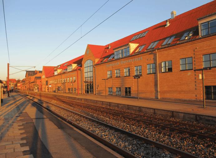 SBB overtog ved udgangen af juni to undervisningsejendomme i henholdsvis Glostrup og Slagelse. Ejendommen i Glostrup på 7.500 kvm er udlejet til Brøndby Kommune og anvendes i dag til sprogskole. Ejendommen i Slagelse på 7.200 kvm (billedet) er ligeledes fuldt udlejet med Syddansk Universitet som ankerlejer. Bag salget stod den svenske ejendomsfond Niam. Foto: Niam