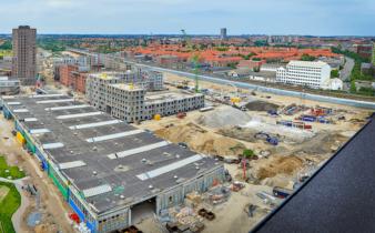 Projektet med 191 lejligheder på Grønttorvet 8 i bydelen Grønttorvet i Valby er ved at blive opført på byggefeltet til højre for midten af billedet
