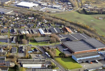 Den 15.456 kvm store logistik- og lagerejendom på Alstrup Allé 11-15 i Hasselager sydvest for Aarhus. Foto: EDC Erhverv Poul Erik Bech Aarhus
