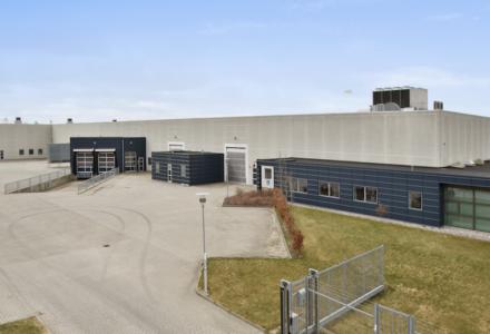 Den 5.350 kvm store lager- og produktionsejendom i Grydhøjparken i Tilst ved Aarhus. Foto: Colliers